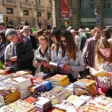 Els llibreters esperen que el bon temps i la celebració en dilluns impulsin les vendes d'aquest Sant Jordi
